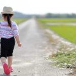 勇気 女の子が道を歩く